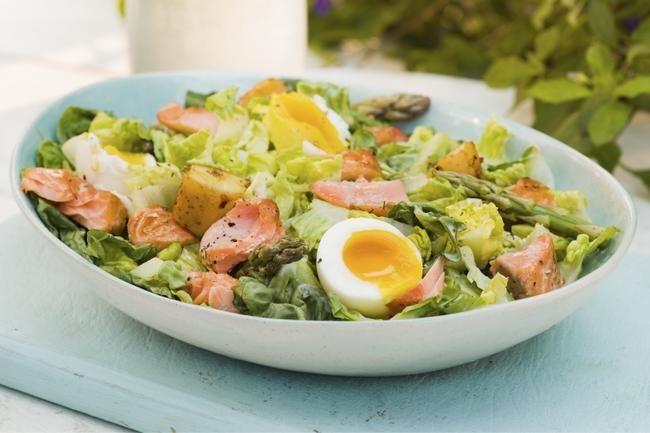 Sommersalat med grillet laks, asparges og bløtkokte egg. Sunt fett  og masse proteiner.