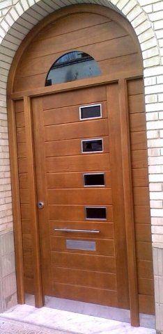 puerta de entrada moderna para exterior en madera maciza con arco superior