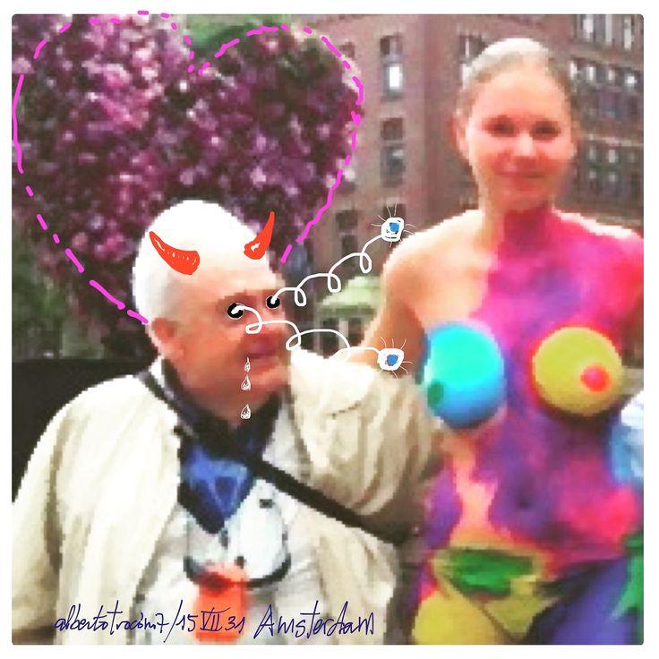 """AMOR TÁCTIL EN PLENA PLAZA PÚBLICA// De turismo en la ciudad de Amsterdam vagaba errante esquivando bicicletas; celebraban allí por esas fechas su fiesta gay en medio un gran jolgorio y atestaban las calles """"perro-flautas"""" bajodensasnubesde marihuana. Se hizo el sol de repente entre aquel humo: como una diosa """"pop"""" te apareciste subida a un pedestal en la amplia plaza, desnudo el cuerpo mas pintarrajeado…—…"""