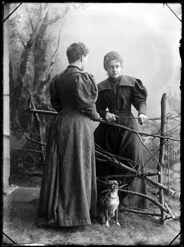 Caixa secreta com fotos de mais de 100 anos revela ensaios que questionam a identidade de gênero