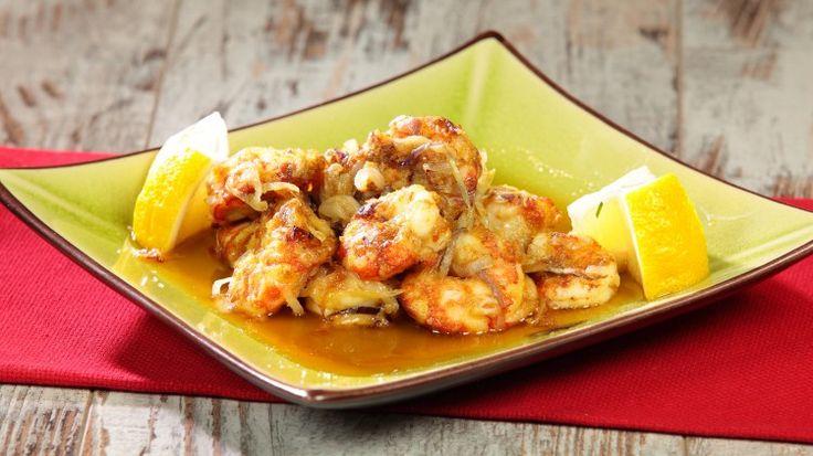 Ricetta Gamberetti al curry croccanti: I gamberetti al curry croccanti sono davvero sfiziosi, si tratta di gamberetti saltati nel wok con olio d'arachidi e cipollotti dopo averli passati nella farina aromatizzata con il curry ed il pepe di cayenna. Uno tira l'altro come le ciliegie, provateli!