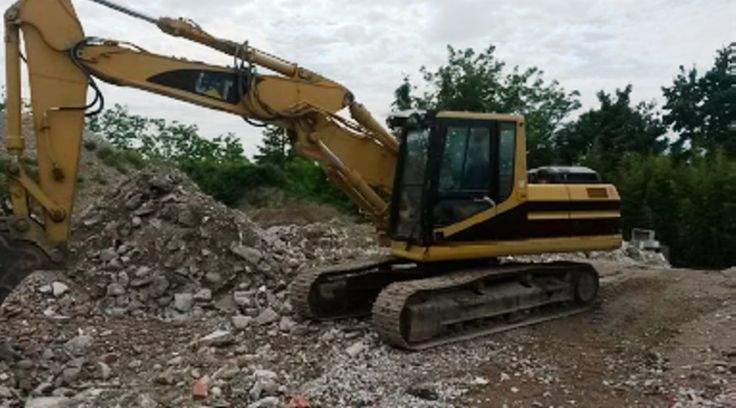 Caterpillar 320BS  year 2001  hrs 12612  hammer line  in excellent working conditions.