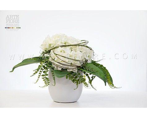 Composizione di fiori in tessuto con Ortensie e foglie di Agave.