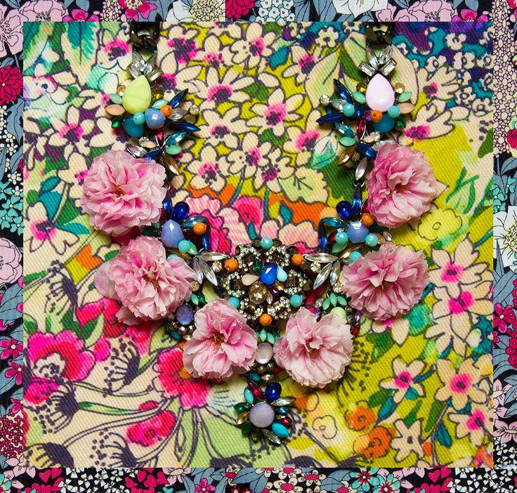 Par Margaux Faes pour ohetpuis.com Collier : Zara Fond : Stof & Liberty  http://ohetpuis.com/attentionflowerpower/