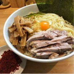 メトロ早稲田駅から徒歩5分のところにある自家製麺 中華そば としおかへ友人と夕食を食べてきました(  ) ここのお店カウンター8席しかないんでけっこう並び待ちましたね(_)まぁでも並んだ価値あるくらい美味かったですよ(オススメは画像の卵ラーメンぜひ食べてみて tags[東京都]