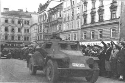 Kurz nach 12 Uhr fahren am 12. März 1938 die ersten Verbände der deutschen Wehrmacht in Linz ein, nachdem bereits am Vormittag ein SS-Kommando aus Frankfurt in der Polizeidirektion eingetroffen war. Den Wehrmachtsverbänden folgen Einheiten der deutschen Ordnungspolizei, um die Machtübernahme der Nationalsozialisten abzusichern.