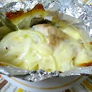 【さばのホイル焼き】薬効成分たっぷりの魚  材料(2人分)    さば … 2切 たまねぎ … 30g とろけるチーズ … 30g 料理酒 … 大さじ1 塩 コショウ … 適宜  (1)さばを半分にカットし、塩・コショウで下味をつける。  (2)たまねぎは薄くスライスしておく。  (3)アルミホイルにさば、たまねぎ、料理酒、チーズを入れ、フタをする。  (4)オーブントースターで10分ほど焼いて出来上がり。  ※お皿も汚さず片付けも簡単です