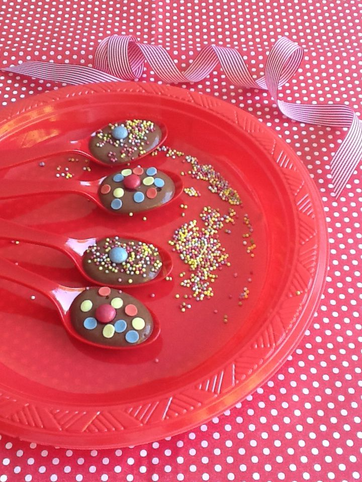 Chocolate mousse with candies, ideal for kids parties Anna-Maria Barouh  http://www.instyle.gr/recipe/krema-sokolatas-gia-parti/
