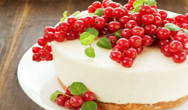 Heb je nog totaal geen idee hoe je kerstdessert er uit gaat zien? Deze cheesecake met rode bessen en munt zal zeker in de smaak vallen. Door de royale garnering van de rode bessen wordt de cake extra aantrekkelijk. Ingrediënten - 85 gram koekjes (liefst digestives), verkruimeld - 4 el gesmolten boter - 5 el…