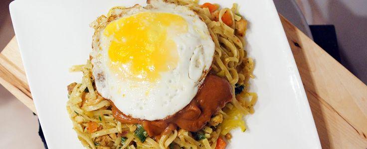 Dinner: Bami met kippendijen, groentes, satésaus, kroepoek, atjar tjampoer en een gebakken ei