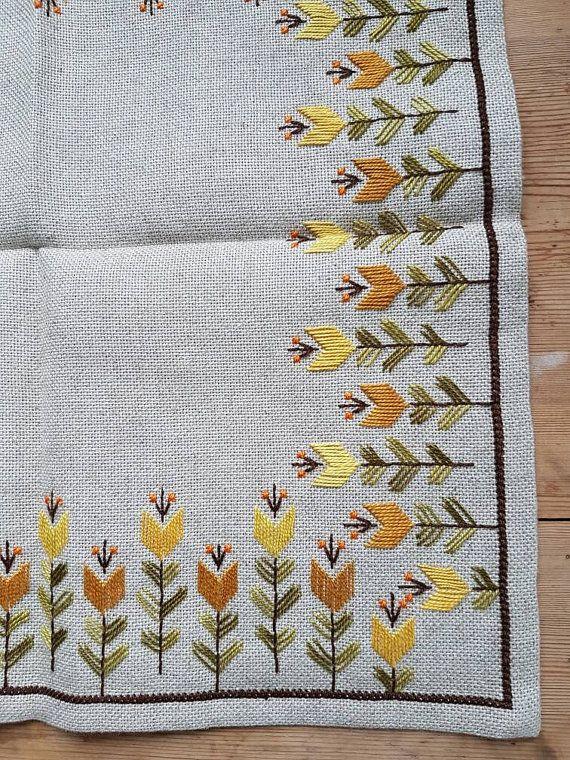 Hermoso bordado de mantel/dolly en lino color crema de Suecia