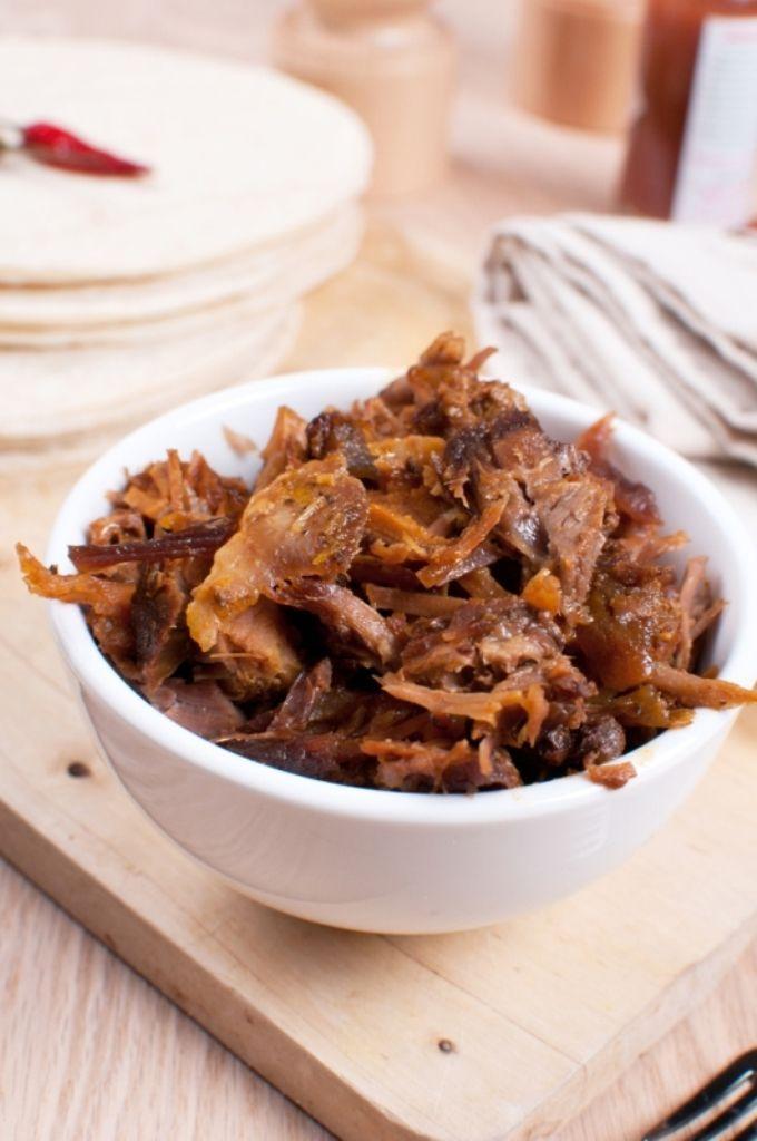 Bereiden:Verhit een wokpan en bak hierin het pitavlees. Kruid met de pitakruiden. Maak een dressing van Griekse yoghurt, look, lente-ui en cayennepeper. Schil de komkommer, verwijder de zaadlijsten en snij in schijfjes. Snij de kerstomaatjes in vier en doe bij de komkommer. Snij de pitabroodjes open, beleg ze met het pitavlees en steek ze tussen de grill. Serveren: Leg de panini met pita, de komkommer en de tomaatjes samen op een bord en werk af met een lepeltjes van de…