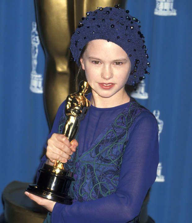 Anna Paquin et son Oscar obtenu pour son rôle dans La leçon de Piano