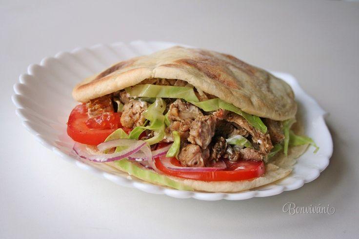 Keď zavonia niekde na ulici zo stánku kebab v pita placke, tak je to vždy veľké lákadlo. Tak prečo ho neskúsiť urobiť doma? A ide to úplne jednoducho v rúre :)