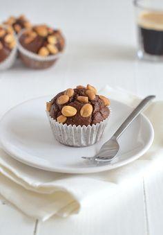Havermoutmuffins. Ze smaken naar Snickers, alleen ze zijn niet zo slecht als deze goddelijke candybars! Ok, je moet geen 10 muffins achterelkaar opeten, ook al wil je dat wel. Maar dat is logisch. Zie het nog steeds als een treat, maar dan een gezondere variant. Lekker voor je GOK uurtje!