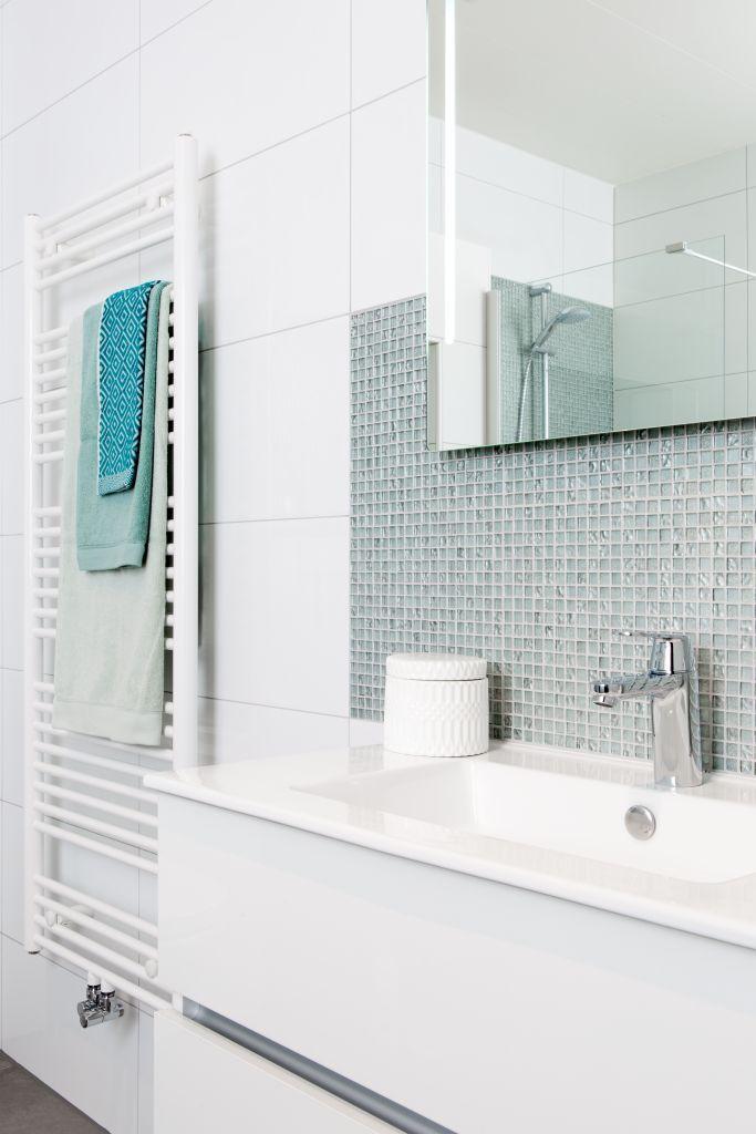 Plaats mozaïektegels in een strook achter je badmeubel. Zo komt mozaïek helemaal tot zijn recht en geniet je elke dag van de frisse look die het aan je badkamer geeft.