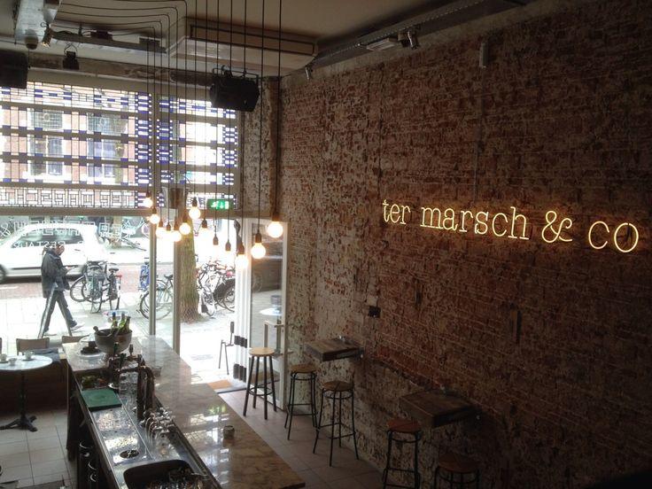 Ter Marsch & Co in Rotterdam, een hele kleine zaak met een keuken in het souterrain en tafeltjes op de entresol en buiten op straat. Dit concept richt zich volledig op de vleeseter en heeft een vrij 'mannelijke' uitstraling. De kaart is klein met een wisselend vlees assortiment dat nog te drogen hangt in de droogkast.