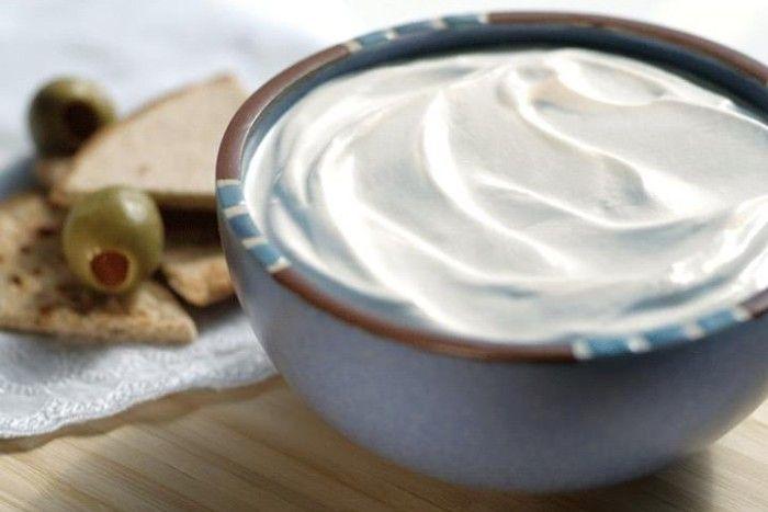 veganer Sauerrahm-Dip: 100 ml Sojadrink 50 ml Kokosöl 1 EL Zitronensaft 2 TL Guarkernmehl o. Johannisbrotkernmehl Salz, Pfeffer.Alle Zutaten etwa zwei Minuten pürieren. Mit Salz & Pfeffer abschmecken. Die fertige SourCream etwa 1h in den Kühlschrank stellen u ziehen lassen. Sollte die SourCream danach noch zu flüssig sein,kann noch etwas Guarkernmehl dazugegeben werden.