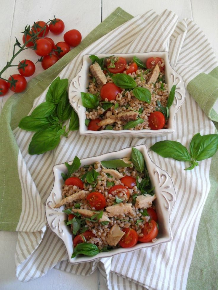 Insalata di farro con sgombro rucola e pomodorini
