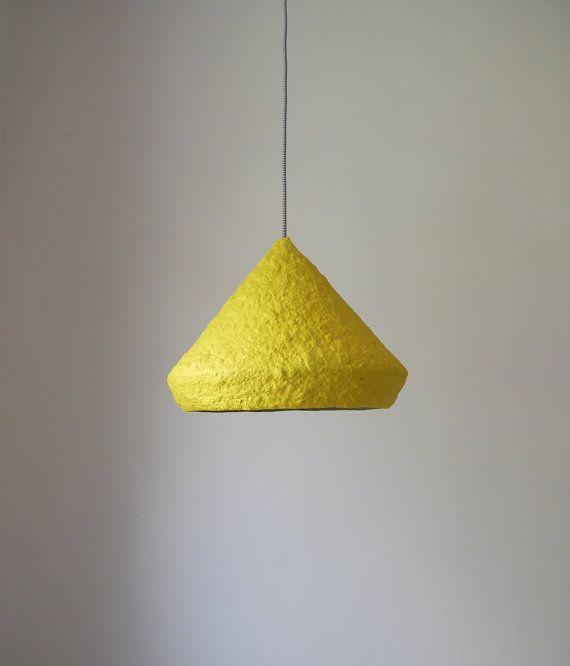 Mizuko est un nom d'une série de lampes faites de papier mâché. Mizuko au Japon signifie «fille de l'eau». La forme minimaliste et la légèreté de la lampe rappelle l'association avec une goutte d'eau, qui lentement et doucement glisse d'une feuille et retombe dans l'eau. Mizuko lampe est écologique, il est fabriqué à partir de vieux journaux. Vous pouvez choisir sa couleur entre des dizaines de couleurs disponibles et mach avec votre propre intérieur. L'achat de n'importe quelle trois…
