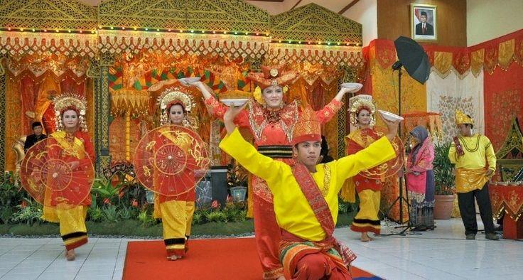 Το χορευτικό συγκρότημα Setampang Baniah της φυλής Minang  από τη Σουμάτρα της Ινδονησίας.