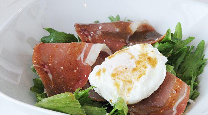 Posjert egg og skinkesalat