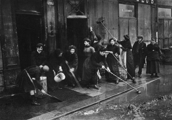 Après la crue de la Seine. Lessivage d'une devanture. Paris, quai des Grands Augustins (VIème arr.), 1910.