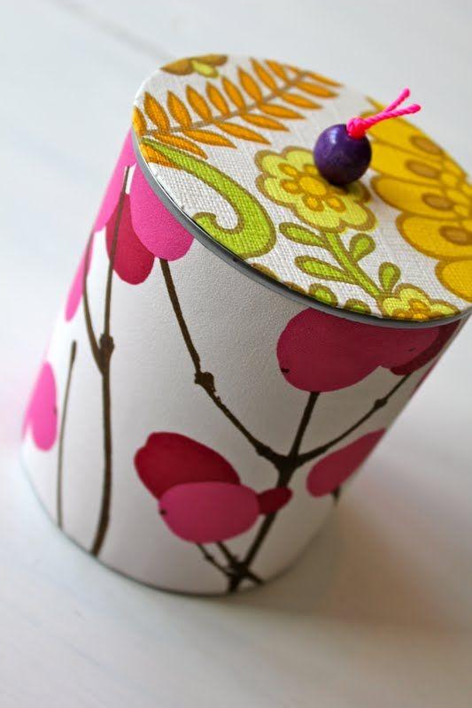 Hermed en DIY til mine dåser med tapet og låg. Jeg håber den bringer glæde :)   Du skal bruge: En saks, en dåse, som er åbnet pænt, tapet r...