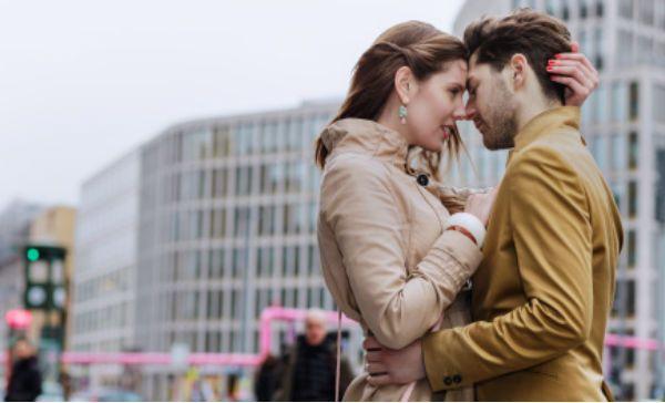 El contacto físico es vital en una relación de pareja. Los abrazos, por ejemplo, pueden revelarte cuánto amor siente tu novio por ti. Checa estos 5 tipos de cariños y descubre lo que revelan de tu relación:
