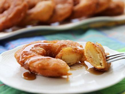 מתכון פנקייק תפוחים, פנקייק תפוחים מקורי ומטוגן עם אבקת סוכר, קינמון וסירופ מייפל - מעדן שיכול להתאים גם לחנוכה וגם לראש השנה