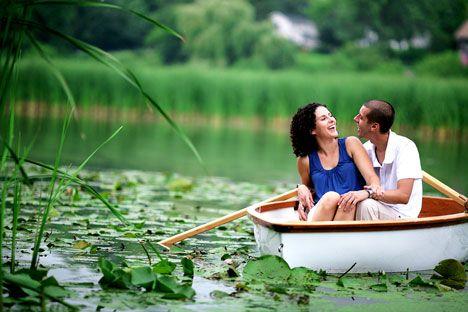 Interesting ingagement photo locations: row-boat, on the lake