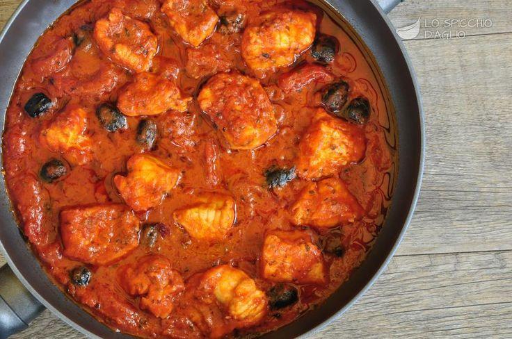 La coda di rospo ai pomodorini è una ricetta per la preparazione della coda di rospo in umido, con pomodorini, olive nere e origano. E' ottima gustata con fettone di pane casereccio oppure polenta bianca, ottima con il pesce.