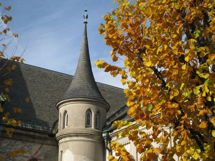Autumn colors and the cathedral in Kristiansand in Southern Norway.   Photo: Elisabeth Høibo©Visit Southern Norway