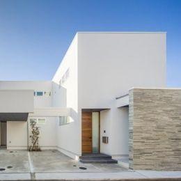 『道後のコートハウス』共に成長し、共に時を刻む住まいの部屋 真っ白な外観