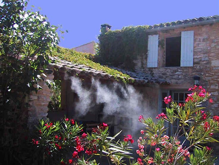 Qui dit soleil, dit chaleur mais pas de panique, vous pourrez rester au frais grâce à ce brumisateur de terrasse. Idéal lors de repas de famille dans le jardin !
