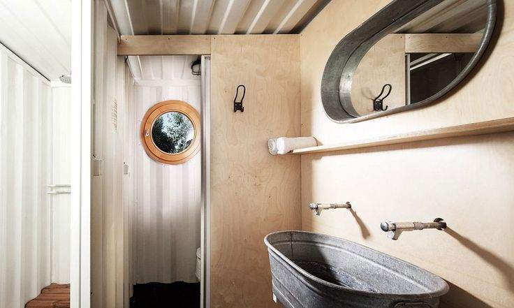 L'Artikul Container Hotel utilise des containers d'expédition recyclés, des matériaux de construction modernes pour créer un aménagement intérieur optimisé.