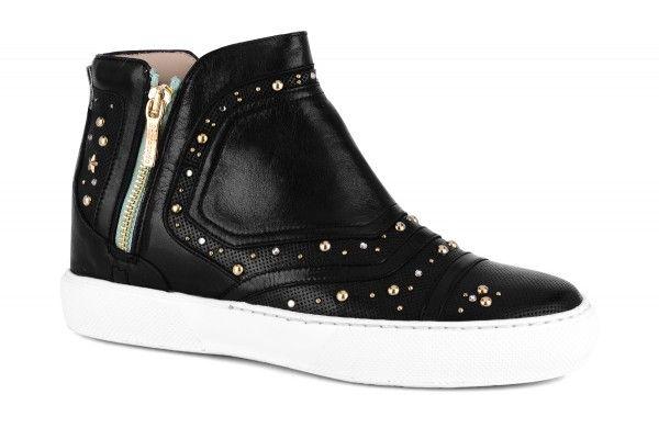 Sneakers alta in morbida nappa con borchie e strass. Dettagli in pelle traforata. Pratiche chiusure zip. Suole in gomma a contrasto.