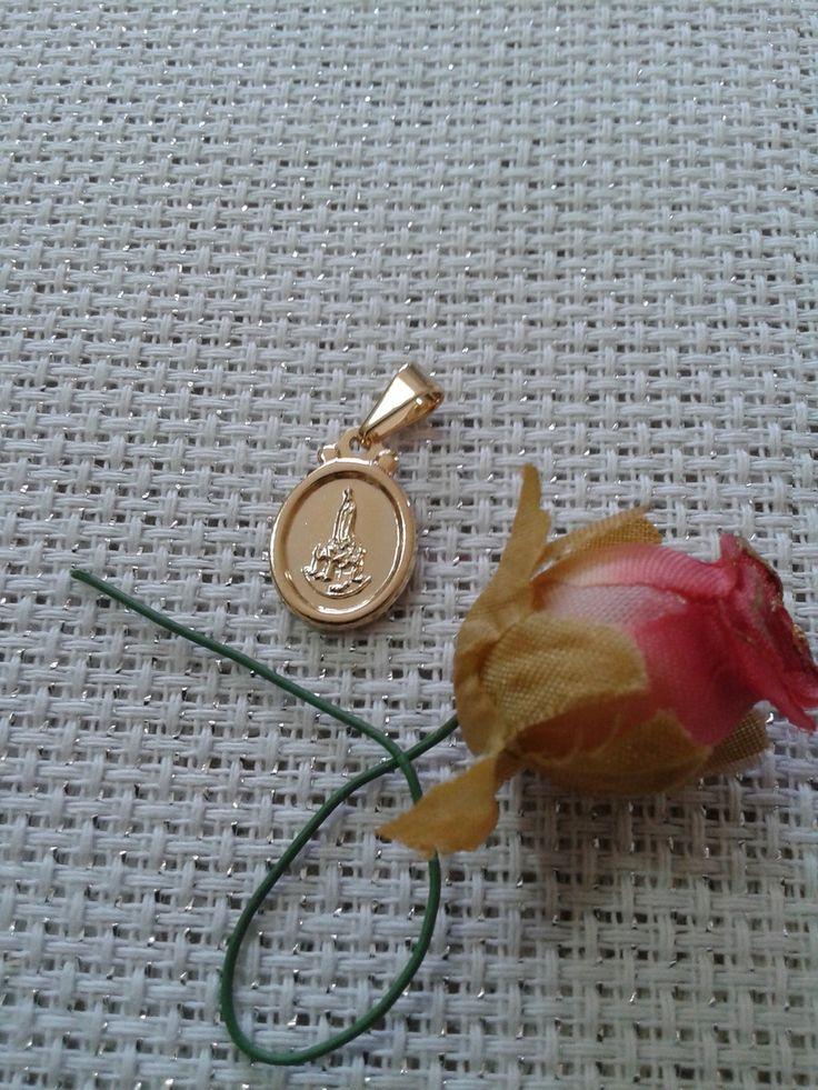 Medalha de Nra. Sra. FÁTIMA muito delicada e discreta.Com a benção de Nossa Senhora! Você poderá escolher a CORRENTE para compôr um lindo colar de sua preferência! As CORRENTES serão ser vendidas também separadamente,sendo encontradas como COLAR, PULSEIRA e TORNOZELEIRA! (38.S) (11 P) OBS:Todas as peças do pingente são FOLHEADAS EM OURO 18k . O folheado leva 3 camadas de ouro 18k de alta resistência e durabilidade. NÃO ALÉRGICO. Para a LIMPEZA do folheado NÃO USE líquidos abrasivos ,use…