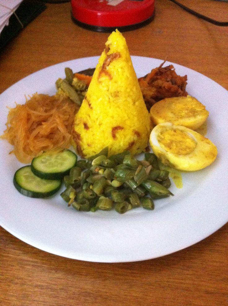 Nasi tumpeng kuning mini