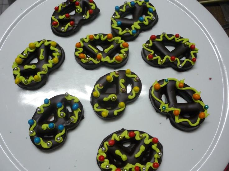 deliciosos pretzel  bañados en chocolate semiamargo ideales para adornar y disfrutar la mesa de las fiestas!