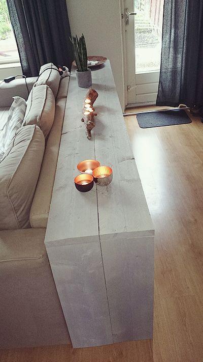 Wenn das Sofa nicht gerade an der Wand steht und die Rückenlehne gut gepolstert ist... Platz für Schnickschnack! Und für Katzen. ähnliche tolle Projekte und Ideen wie im Bild vorgestellt findest du auch in unserem Magazin