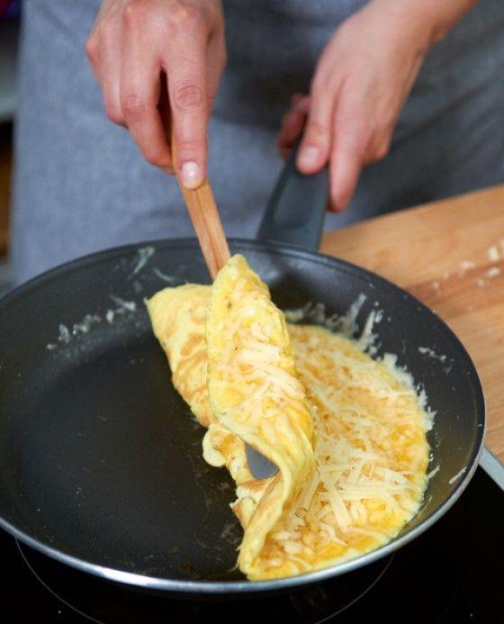 Besonders saftig wird das Omelette, wenn man es nicht ganz stocken lässt - Erfahrt hier, in unsere Schritt-für-Schritt-Anleitung, wie das perfekte Omelette gelingt.