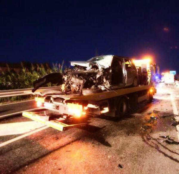 Sabato sera finito in tragedia quello che ha coinvolto sei ragazzi di cui tre ora versano in gravissime condizioni. http://tuttacronaca.wordpress.com/2013/11/10/tremendo-schianto-in-fin-di-vita-3-ragazzi-e-altri-tre-feriti-in-modo-serio/