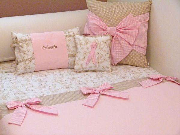 Habitación niña en pique florecitas combinada con algodon topitos camel y vichy rosa. Diseño exclusivo de Paseos de Bebe.