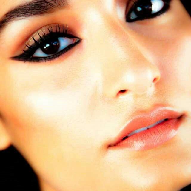 Számtalan jó program kínálkozik ma estére, egy gyönyörű tusvonal pedig minden alkalomra tökéletes választás. Tombolhatsz egy koncerten, tarthatsz csajos estét a barátnőkkel, sütögethetsz a barátokkal vagy épp borozgathatsz a szerelmeddel.  #makeup #smink #eyeliner #black #weekend