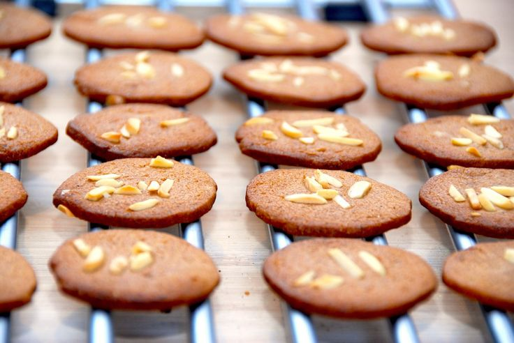 Sådan ser de bedste brunkager ud. Bagt med lækre julekrydderier, og så er de knasende sprøde. Opbevar brunkagerne i en kagedåse. Foto: Guffeliguf.dk.