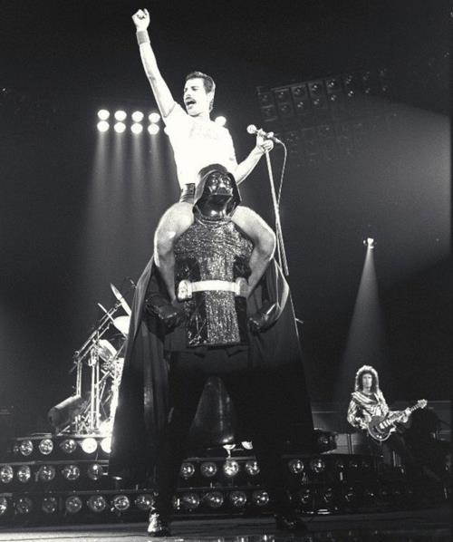 Freddy Mercury + Darth Vader...2 grandes de los 80´s ¡Salve Estrella de la Muerte!