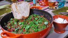 Chili con carne kan være god hverdagsmat, men her kommer en oppskrift som passer til helg eller fest – med to typer kjøtt og bønner. Rista brød og rømme er alt du trenger ved siden av. Foto: Fra tv-serien Hygge i Strömsö / YLE