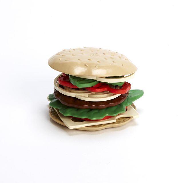 Hamburguesas a la vista! Marca los ingredientes que más te gustan en la comanda y pídesela al tendero o si tienes mucha hambre... atrévete con una completa! Aprovecha ahora la rebaja del -10%  https://cucutoys.es/greentoys/429-greentoys-hamburguesa-y-sandwich-para-cocinita-juguete-ecologico.html  #greentoys #cucutoys #juegosimbolico #juguetes