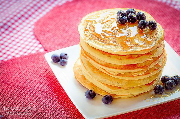 Pancakes Americani con preparato delle Farine Magiche,  decorati con mirtilli e serviti con sciroppo d'acero! Food photography